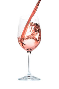 rosé coule dans verre